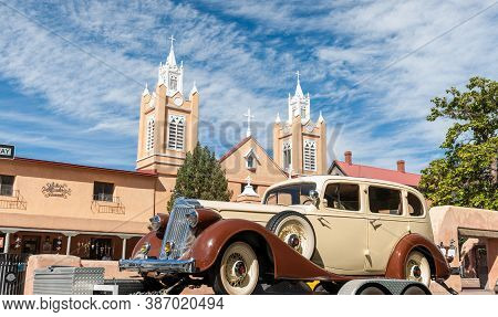 Albuquerque Usa September 19 2015; Restored Packard Vintage Car Color Coordinated With Surrounding B
