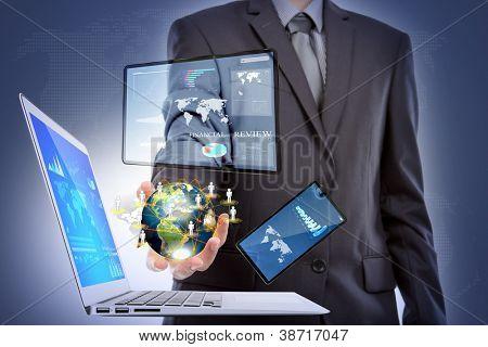 사업가와 노트북, 휴대 전화, 터치 스크린 장치 (미 항공 우주국이 제공한이 이미지의 요소
