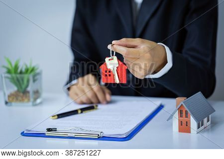 The Red House Key In The Hand Of The Agent Real Estate Concepts, Real Estate Sales, Residential Rent