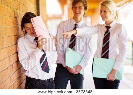 chica de secundaria siendo hostigada por compañeros