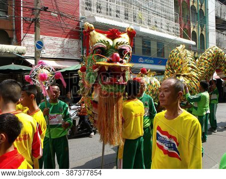 Bangkok, Thailand, November 14, 2015: A Group Of People With A Dragon In A Festival Of The Clans Of