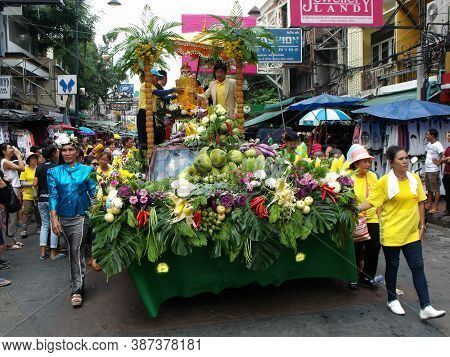 Bangkok, Thailand, November 14, 2015: People Around The Float That Transports Buddha In The Calgata