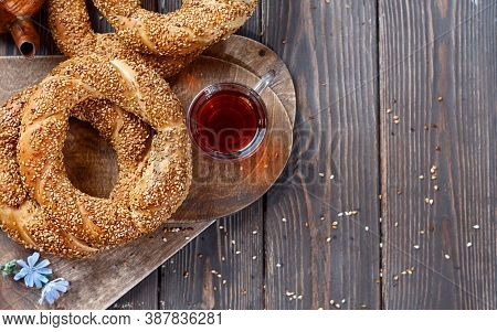 Freshly Baked Simit On A Wooden Table - Sesame Seed Bun Flat Lay With Copy Space (turkish Bagel - Ge