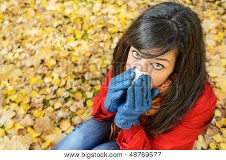Traurige Frau im Herbst-Grippe und Erkältung