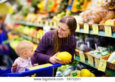 Familia en supermercado