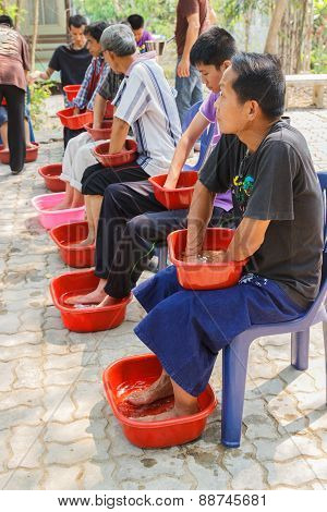 People Are Soaking Their Hands And Feet With Herbal Water For Skin Detoxifying