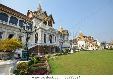 Travelers Visit Chakri Maha Prasat Hall