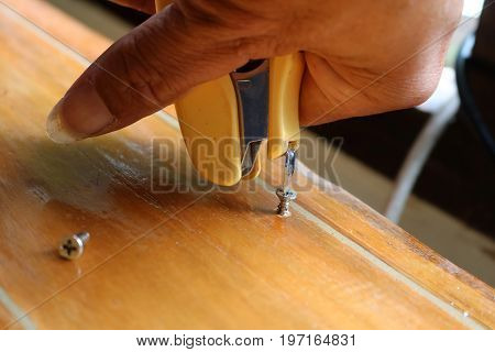 Tightening the screw by mag stapler to fix the problem.