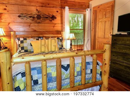 Bedroom with cabin bedframe and quilt in cabin in North Carolina