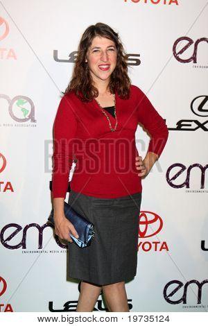 LOS ANGELES - OCT 16:  Mayim Bialik  arrives at the 2010 Environmental Media Awards at Warner Brothers Studios on October 16, 2010 in Burbank, CA
