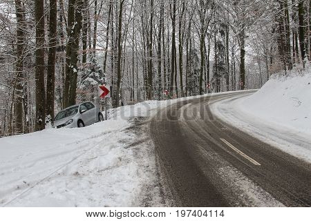 Accident on the winter road / The car drove into the tree