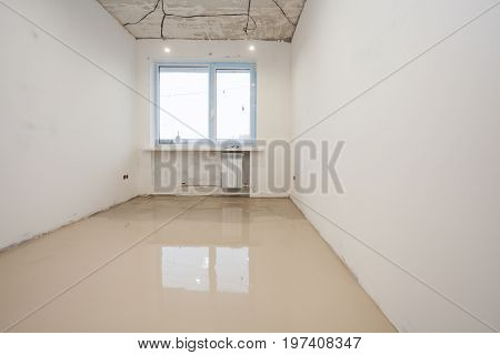 Repair work. Pouring floors in the room. Self-leveling floors. A new self-leveling floor is poured into the room