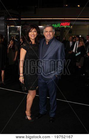 LOS ANGELES - NOV 22:  Julie Chen, Les Moonves arrive at the