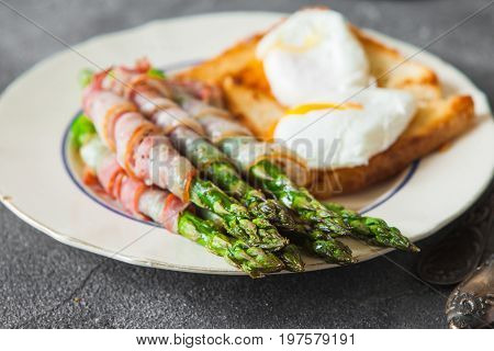 Baked Green Asparagus Wrapped With Bacon