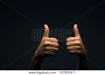 lenguaje de las manos, señalizando muy bien con los pulgares arriba