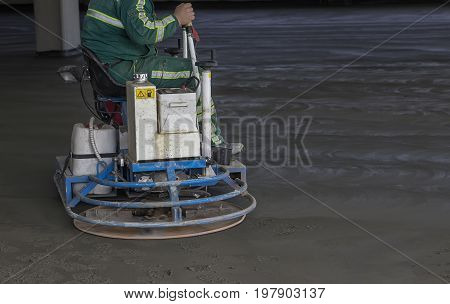 Ride On Machine With Trowels And Worker 2