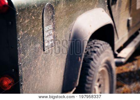 an SUV's fuel tank cap, saying this car runs on diesel.