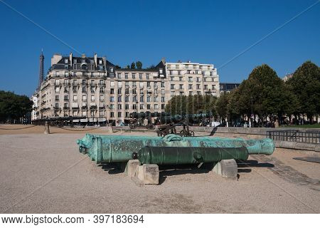 Paris, France Sept 27 2015: Outside Of Hotel Les Invalides (invalids Residence) With View Of Cannons