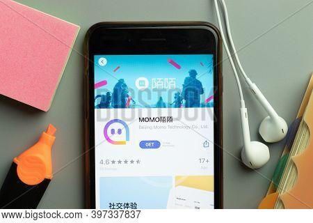 New York, Usa - 1 December 2020: Momo Mobile App Icon On Phone Screen Top View, Illustrative Editori