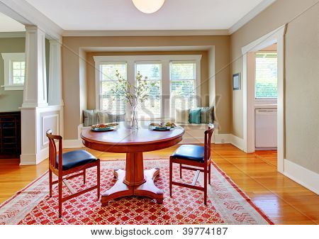 Beautiful Decor Of Dining Room With Beige, Blue And Red.