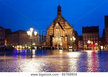 Frauenkirche view at night on Hauptmarkt