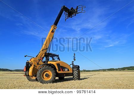 Cat TH407C Telescopic Handler On Stubble Field