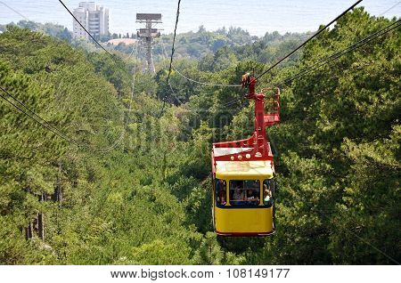Cabin with people moving along the ropeway