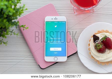 Iphone 6S Rose Gold With App Twitter On The Table