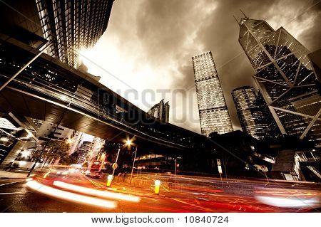 Carros moventes rápidos à noite