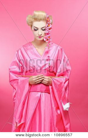 schöne Geisha mit ein Origami-Vögel