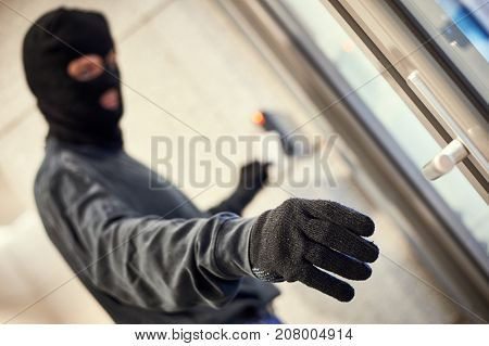 robber using electronic key