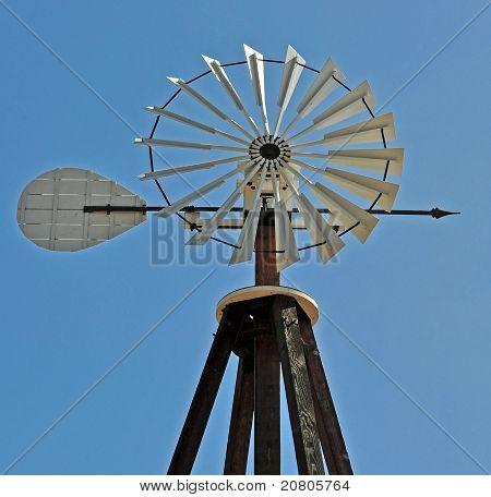 Windmühle gegen einen blauen Himmel