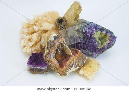 Zusammensetzung der natürlichen Edelsteinen auf weißem Hintergrund