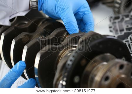 The mechanic of the service center for engine repair considers problem crankshaft on which as a result of bad lubrication of oil starvation there was a breakdown and the appearance of scuffing liners