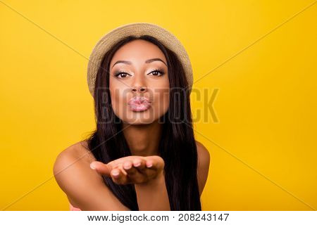 Carefree Gorgeous Dreamy Traveller In Trendy Beige Head Wear Sends Kiss, So Hot, Fit And Slim. Relax
