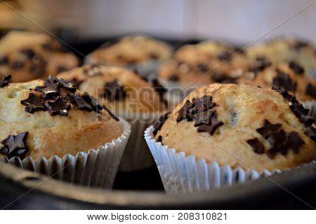 Homemade vanilla muffins whit chocolate crumbs in white cups