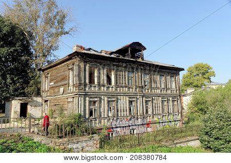 Nizhny Novgorod Russia. - September 13.2017. Old residential building on Grebeshkovsky escarpment 11. A dilapidated wooden building after a fire.