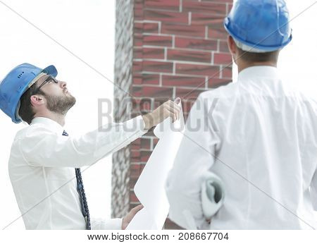 architect and the foreman of the construction estimate new building