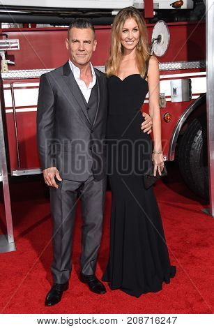 LOS ANGELES - OCT 08:  Josh Brolin and Kathryn Boyd arrives for the