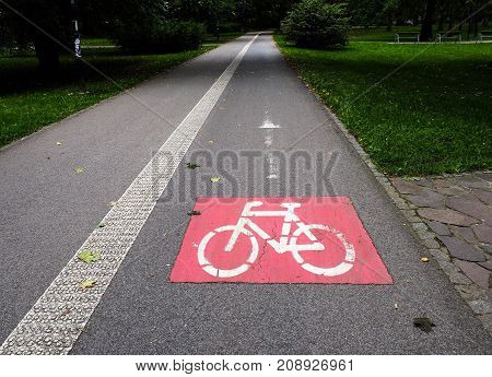 Road sing for the cyclists in the park