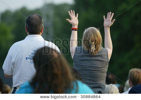 NUEVA YORK - 25 de junio: Gestos de una mujer no identificada como ella reza en la mayor Nueva York Billy Graha