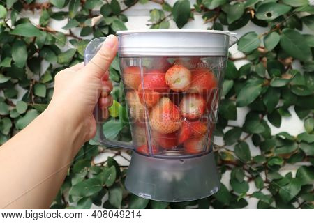 Fresh Strawberry , Strawberry In The Blender Or Blender