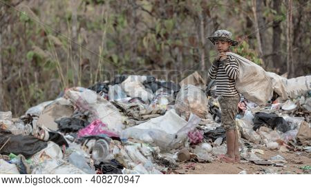 Children Find Junk For Sale And Recycle Them In Landfills, The Lives And Lifestyles Of The Poor, Chi