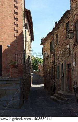 Monteleone D\' Orvieto (tr), Italy - May 27, 2016: A Road And Houses In Monteleone D\' Orvieto Villa