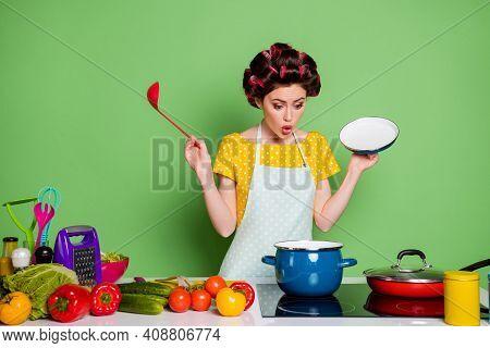Photo Amazed Retro Style Girl Prepare Veggie Soup Boil Saucepan Hold Ladle Open Cover Lid Impressed