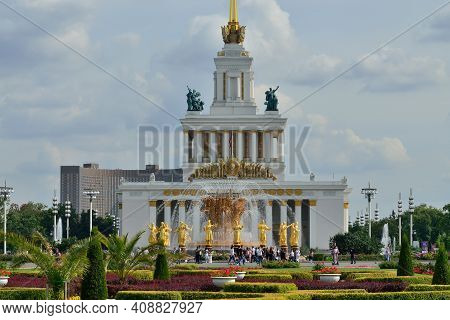 Moscow, Russia - August 25, 2020: View Of The Central Pavilion And Fountain Friendship Of Peoples Wi