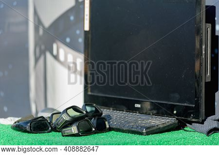 Dnepr, Ukraine- September 12, 2020: Old Glasses And Computer For 3d Entertainment In Parks And Publi