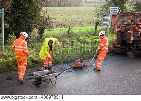 Buckingham, Uk - December 14, 2020. Road Works, Road Crew Team, Men Wearing High Visibility Hi Vis O