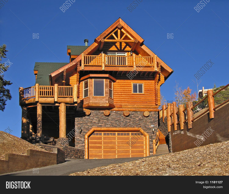 Bild und Foto: Log Cabin Home Außen Mit Warmen | Bigstock