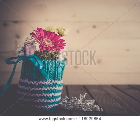 Small bouquet in knitted vase